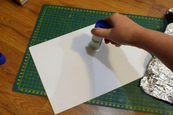 Промазываем клеем бумагу фото