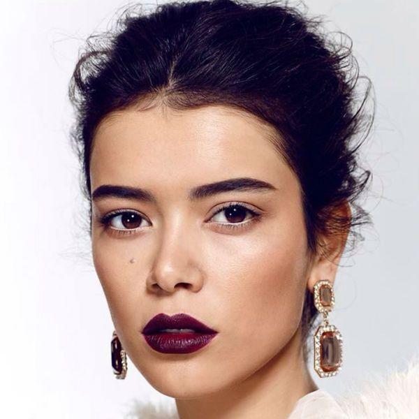 Помада цвета марсала на губах для черных волос фото