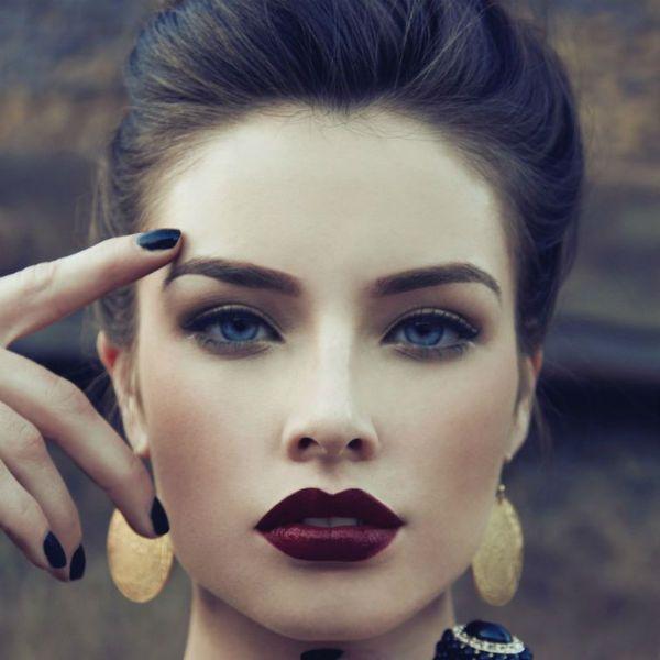 Помада цвета марсала на губах для темно-русых волос фото