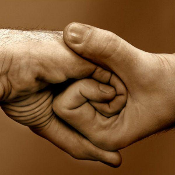Сцепленные пальцы рук фото