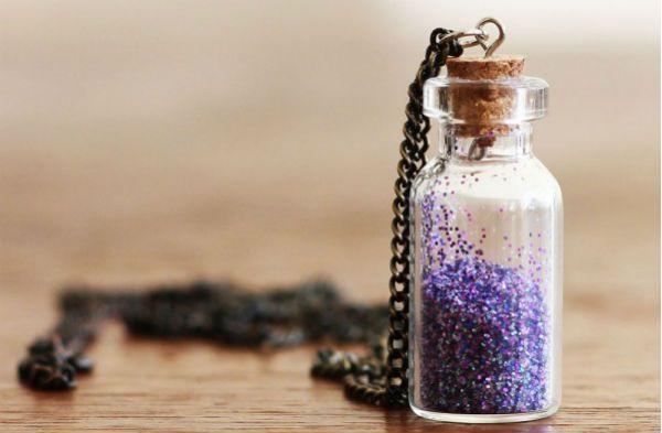 Кулон из бутылочки с блестками фото