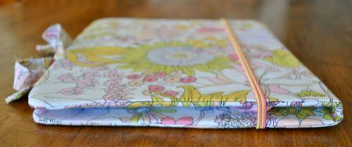 Чехол для планшета из картона и ткани крепление большой резинки 2 фото