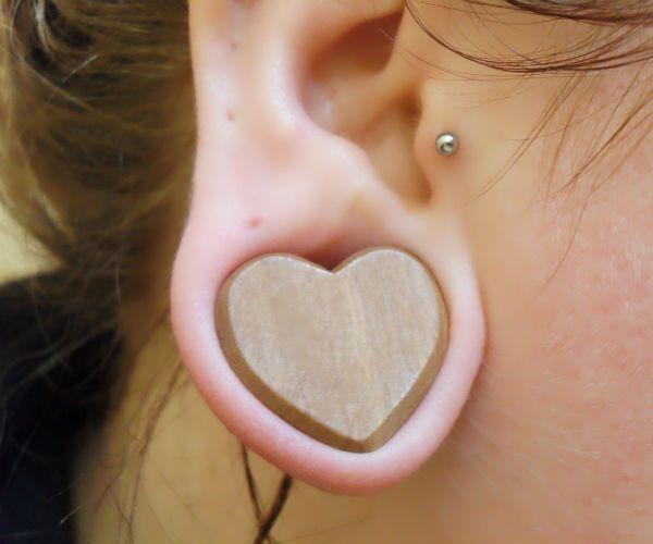 Тоннель в ухе в форме сердца фото