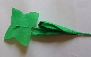 Создание листочков для букета с киндер сюрпризом фото