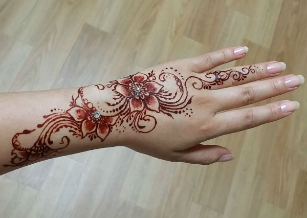 Мехенди на руке цветочный узор фото