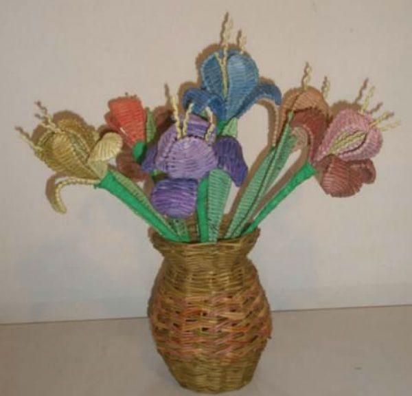 Цветы из газетных трубочек фото