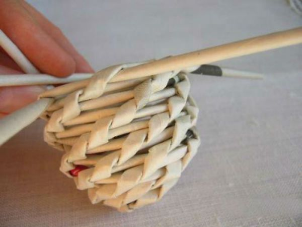 Пасхальные яйца из газетных трубочек шаг 4 фото