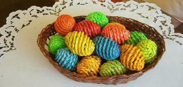 Пасхальные яйца из газетных трубочек фото