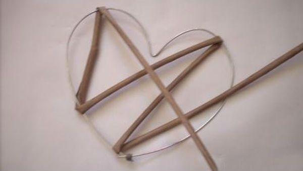 Сердце из газетных трубочек шаг 4 фото