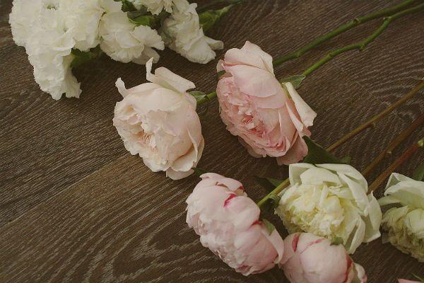 Свадебный букет из пионов и роз с бутоньеркой шаг 2 фото