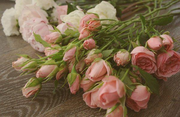 Свадебный букет из пионов и роз с бутоньеркой шаг 3 фото