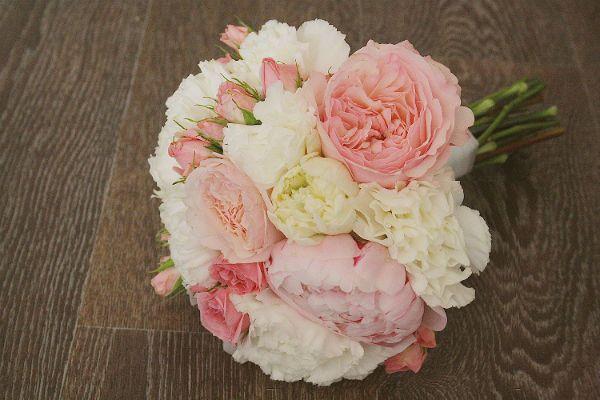 Свадебный букет из пионов и роз с бутоньеркой шаг 4 фото