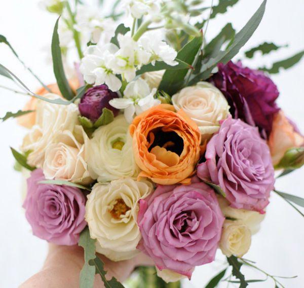 Свадебный букет из ранункулюса и роз фото