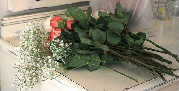 Свадебный букет из роз на портбукетнице шаг 1 фото