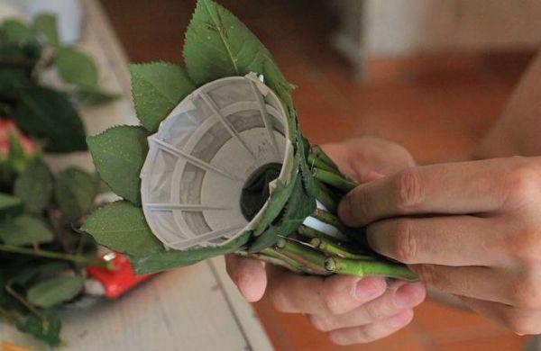 Свадебный букет из роз на портбукетнице шаг 11 фото