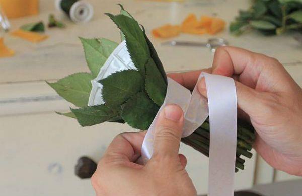 Свадебный букет из роз на портбукетнице шаг 12 фото