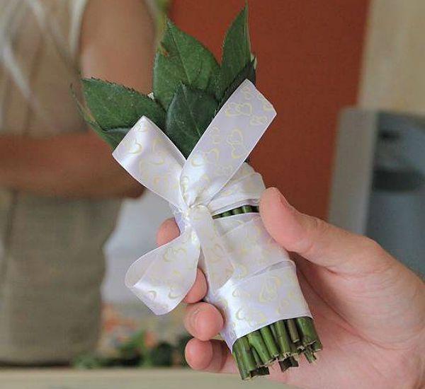 Свадебный букет из роз на портбукетнице шаг 13 фото