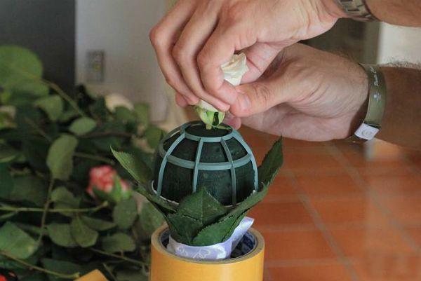 Свадебный букет из роз на портбукетнице шаг 16 фото