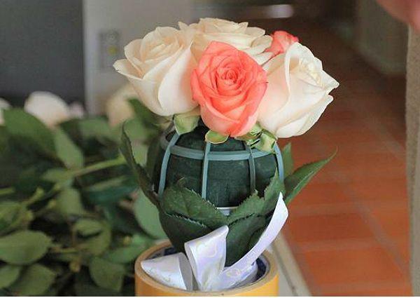 Свадебный букет из роз на портбукетнице шаг 17 фото