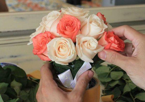 Свадебный букет из роз на портбукетнице шаг 18 фото