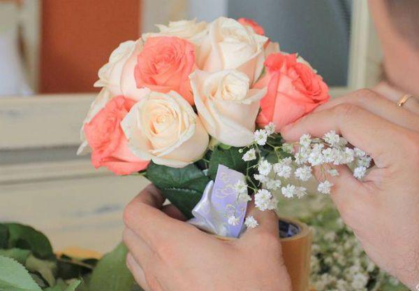 Свадебный букет из роз на портбукетнице шаг 19 фото