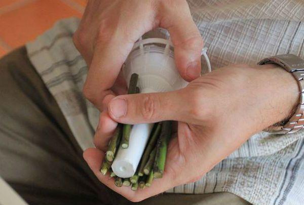 Свадебный букет из роз на портбукетнице шаг 5 фото