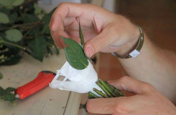 Свадебный букет из роз на портбукетнице шаг 7 фото
