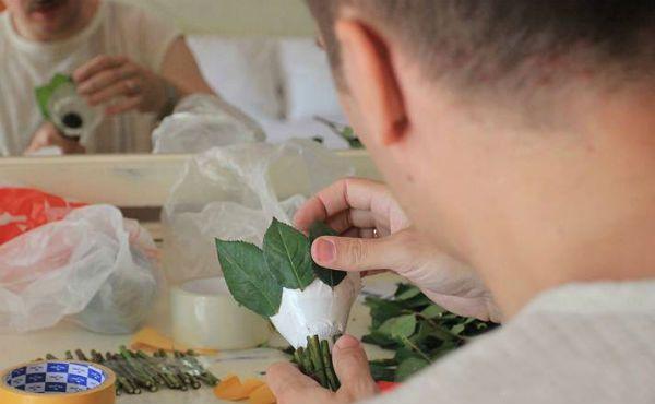 Свадебный букет из роз на портбукетнице шаг 8 фото