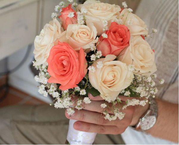 Свадебный букет из роз на портбукетнице фото