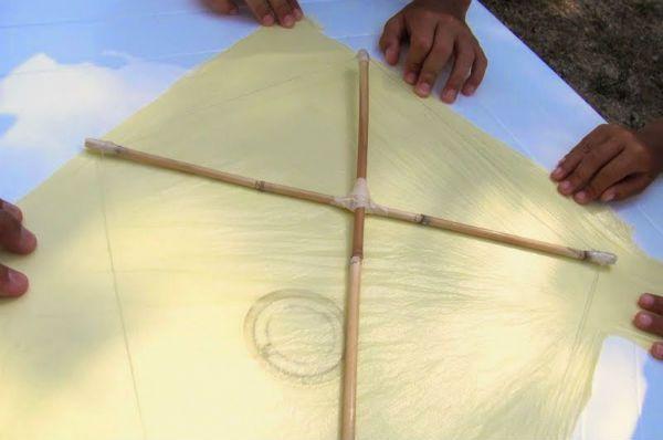 Воздушный змей из пакета шаг 5 фото