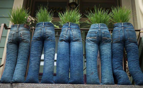 Декор для сада из старых джинс фото