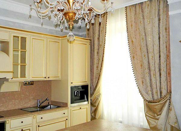Оформление окна на кухне в классическом стиле вариант 1 фото