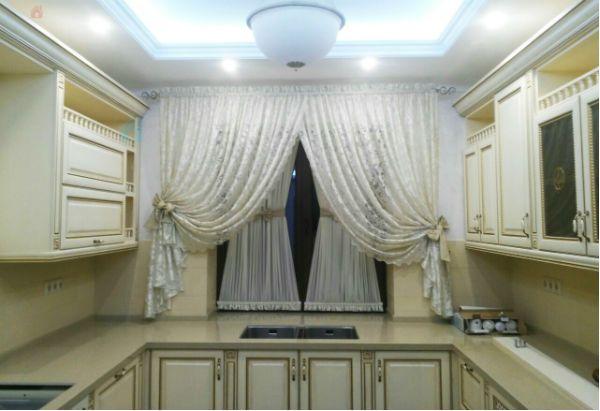 Оформление окна на кухне в классическом стиле вариант 10 фото