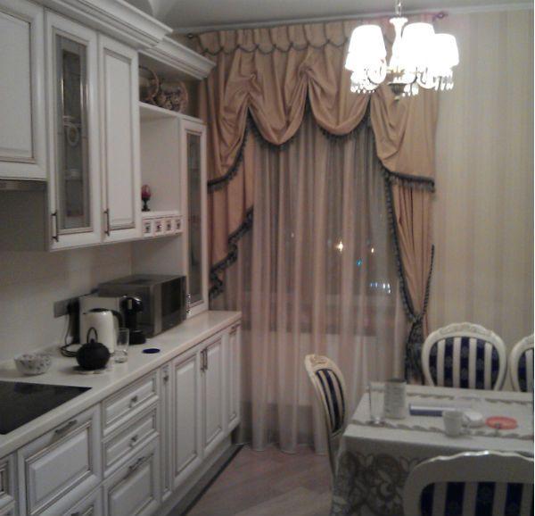 Оформление окна на кухне в классическом стиле вариант 3 фото