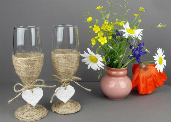 Декор свадебных бокалов бечевкой фото