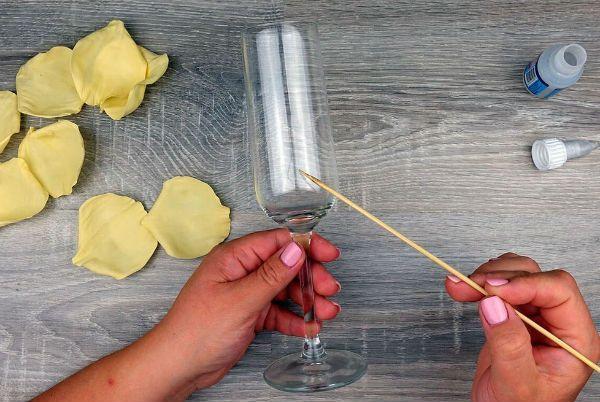 Декор свадебных бокалов лепестками шаг 18 фото