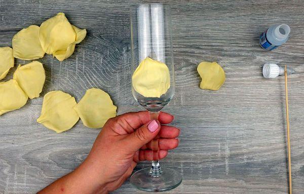 Декор свадебных бокалов лепестками шаг 19 фото