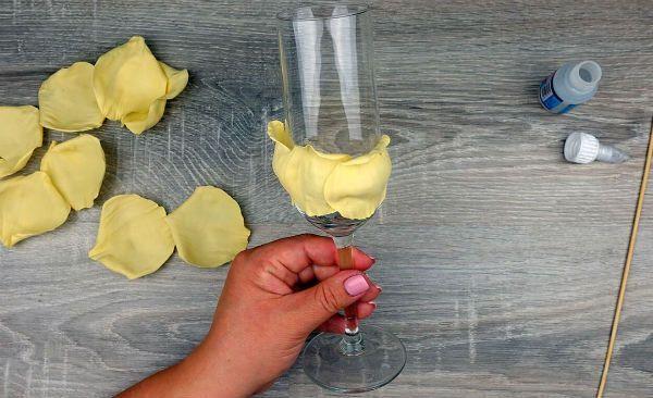 Декор свадебных бокалов лепестками шаг 20 фото
