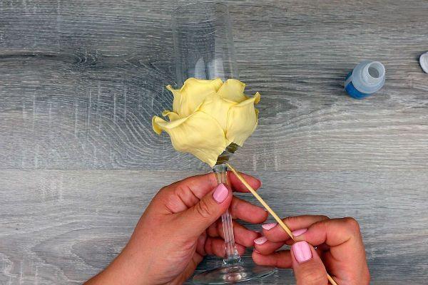 Декор свадебных бокалов лепестками шаг 24 фото