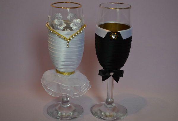Декор свадебных бокалов тканью фото