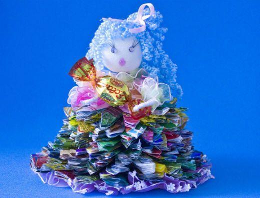 Кукла из фантиков от конфет фото