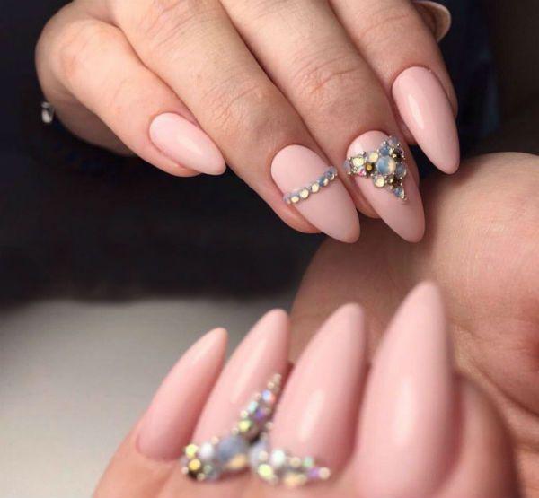 Ногти миндалевидной формы со стразами фото