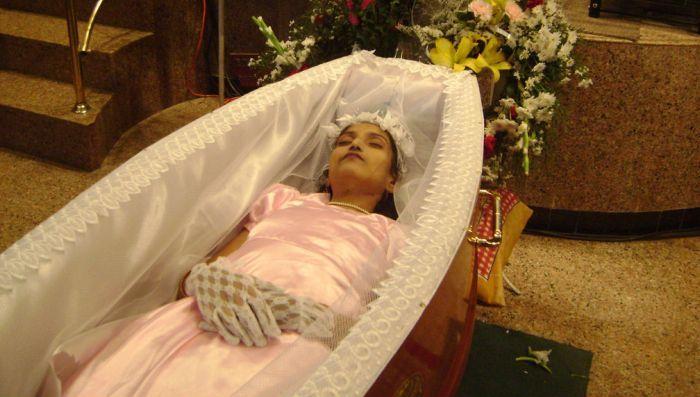 Покойник в гробу фото