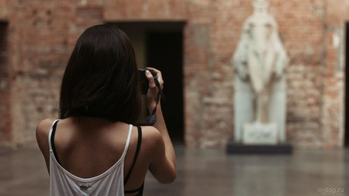 фото девушки со спины брюнетки средние волосы