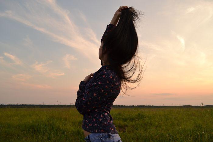 фото девушки со спины брюнетки длинные волосы