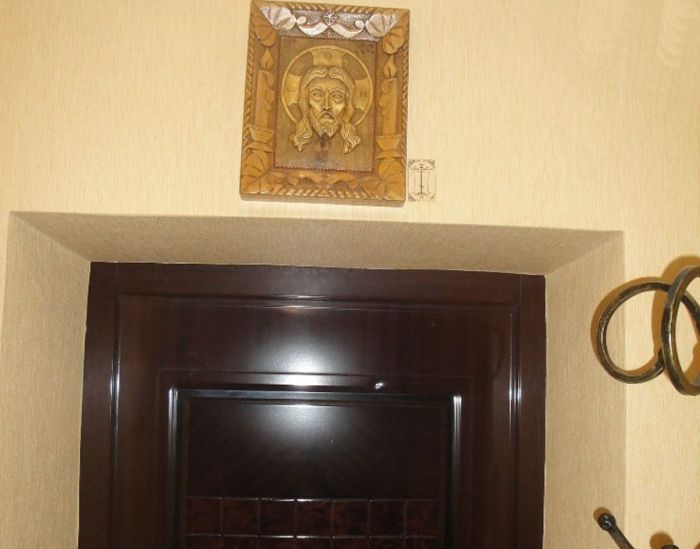 Икона над дверью фото