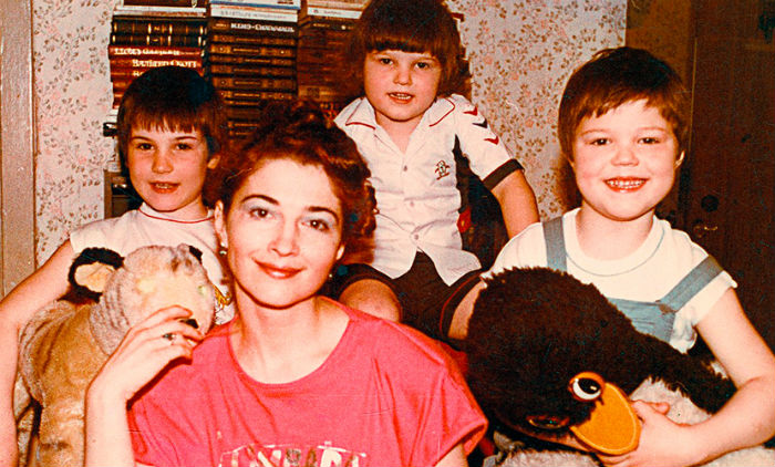 Данила Козловский в детстве (справа) с мамой Надеждой и братьями Егором и Иваном