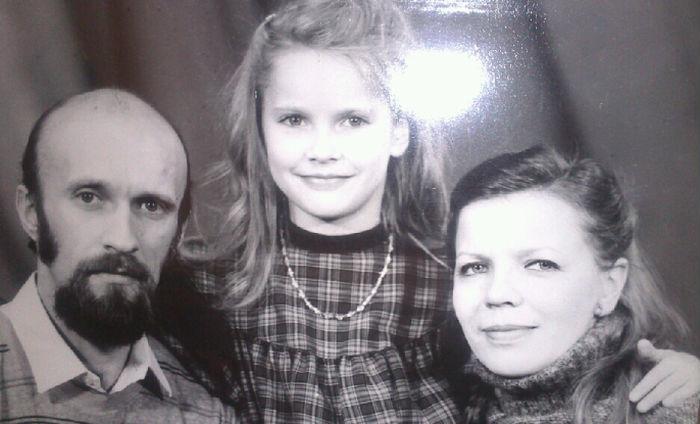 Елена Летучая в детстве с родителями