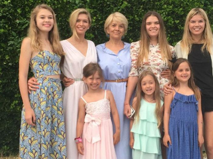 Вера Брежнева с сестрами, мамой и племянницами