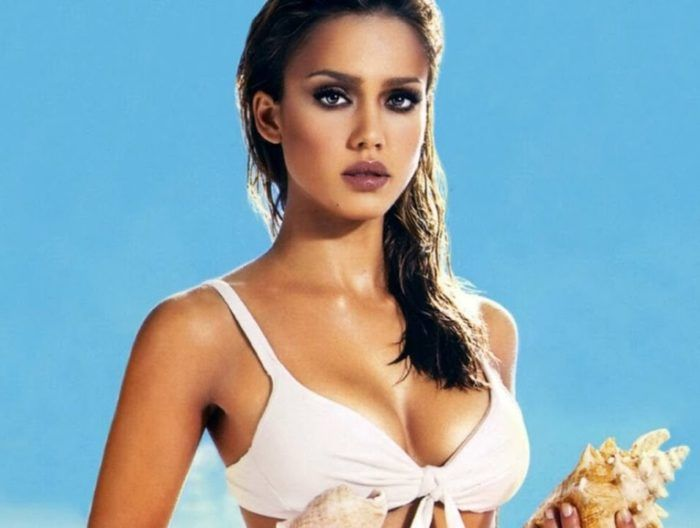 Топ 50 женщин с самой красивой грудью Джессика Альба